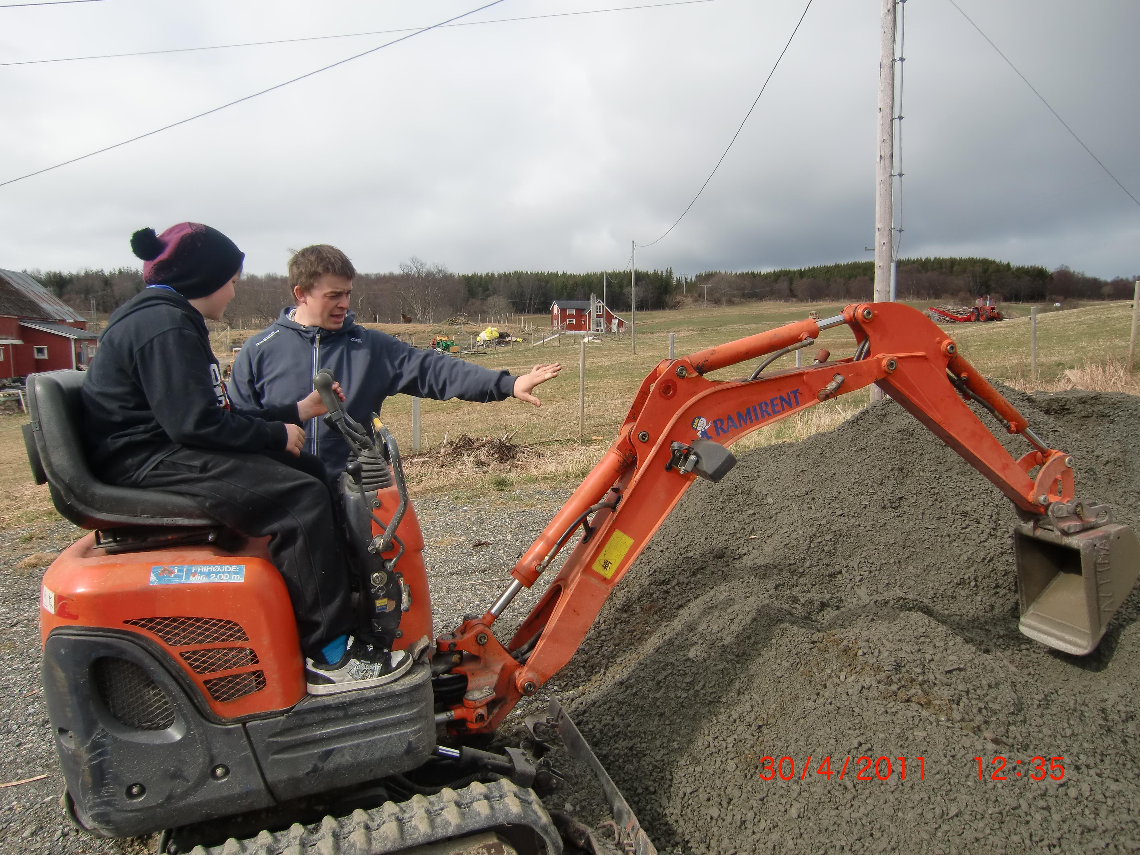 Ronny instruerer bruk av Minigraver